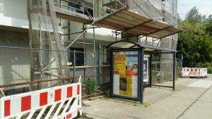 Buswartehalle am Wohngebäude
